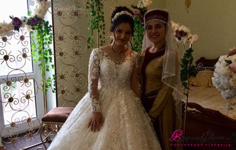 Певица в национальном костюме тараз исполняет армянские народные песни во время одевания невесты перед свадьбой