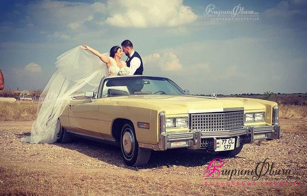 Жених и невеста на фоне стильного ретро кабриолета Кадиллак Эльдорадо