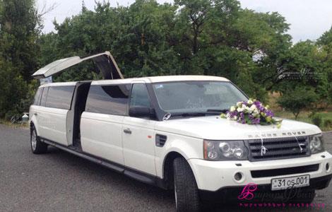Лимузин для свадьбы Рендж-Ровер во дворе ресторана
