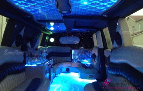 Салон красиво оформленного лимузина Рендж-Ровер для свадьбы