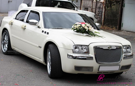 Հարսի մեքենա զարդարած ծաղիկներով Կռայսլեր