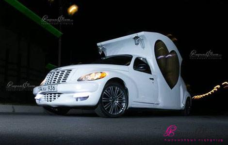 Свадебная машина-карета ночью перед рестораном