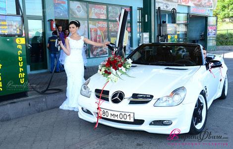 Невеста рядом со свадебной машиной - кабриолет Мерседес SLK с ламбо дверями