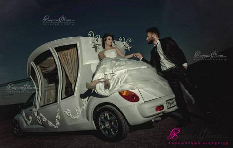 Жених и невеста рядом со свадебной машиной каретой
