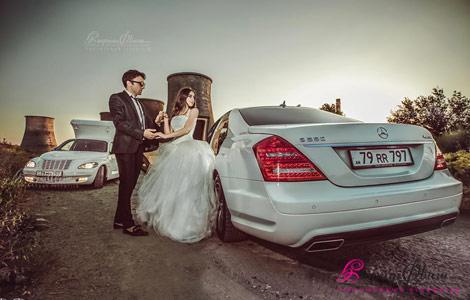 Жених и невеста рядом со свадебной машиной - Mercedes S класса (кузов 221)