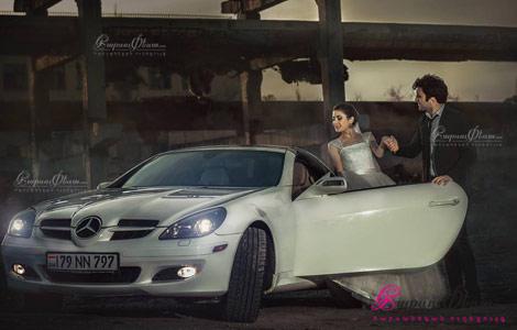 Невеста на фоне свадебного автомобиля купе кабриолета Мерседес