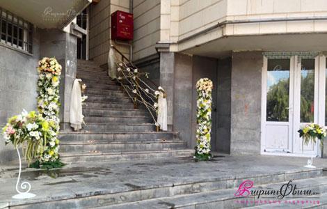 Цветочное оформление натуральными цветами перед входом в дом невесты