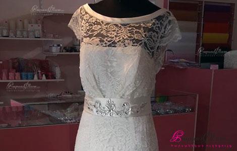 Свадебный салон Лусен - платье невесты с фатой в витрине свадебного магазина