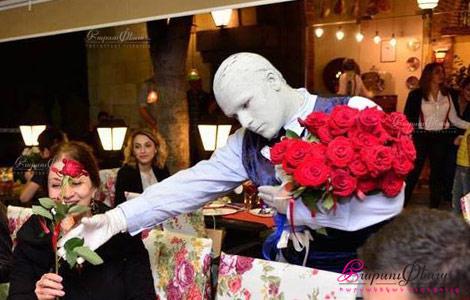 Կենդանի արձանը ծաղիկներ է բաժանում կանաց հարսանիքին