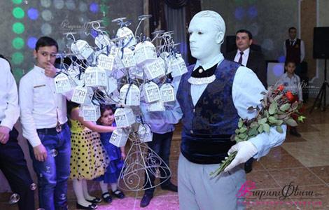 Шоу живых скульптур на свадьбе во время раздачи таросиков