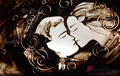 Песочная анимация на свадьбе показывает историю любви жениха и невесты