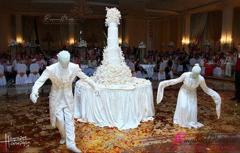 Живые статуи от Мим Студио угощают свадебным тортом гостей свадебного торжества