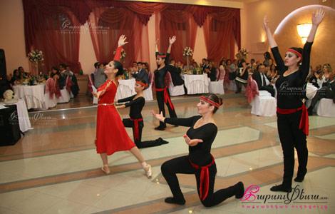 Танцевальный ансамбль Ширхани представляет армянский национальный танец с участием невесты