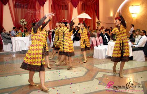Танцовщицы ансамбля Ширхани танцуют вместе с невестой национальный танец на свадьбе