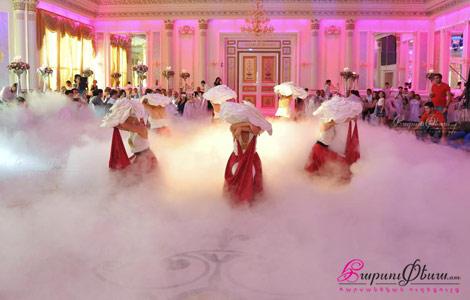 Танцовщицы студии Софи Девоян на свадьбе исполняют оригинальный танец с красивыми нарядами