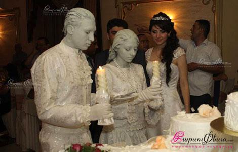 Universal Art - կավե արձանները հարսանիքին տորտ բաժանելիս