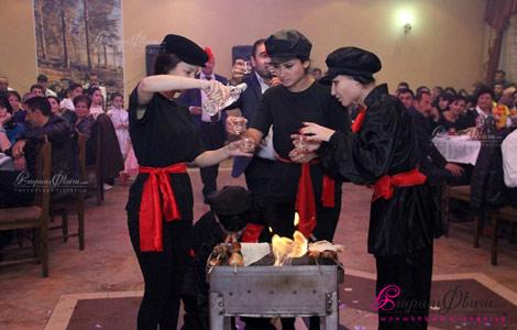 Հարսանեկան շոու՝ կինտոների պար հարսանիքին խորոված մատուցելիս