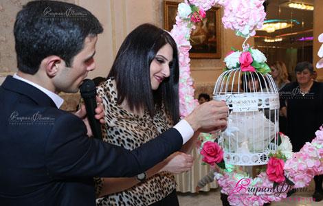 Ведущий на празднике Арам Гореян проводит конкурс на армянской свадьбе