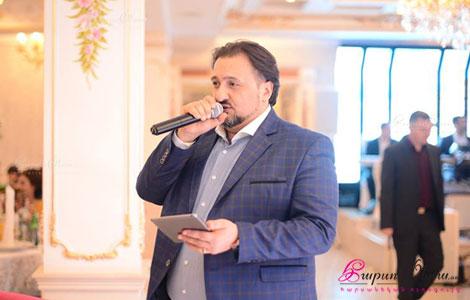 Երգիչ և հանդիսավար Արման Ներսիսյանը հարսանեկան խնջույքին կենաց ասելիս