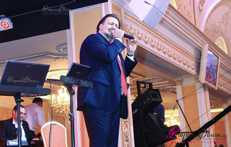Певец и конферансье на свадьбе Арман Нерсисян исполняет свои песни для молодоженов