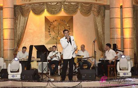 Армянский ведущий на свадьбу Армен Акобян во время свадебного торжества