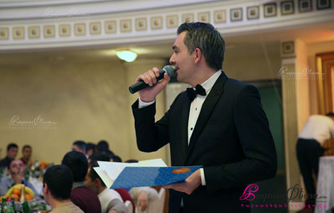 Ведущий на армянской свадьбе Армен Саргсян встречает жениха и невесту