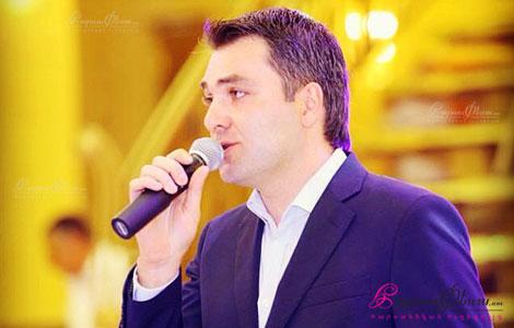 Армянский тамада Армен Саргсян проводит свадебный банкет