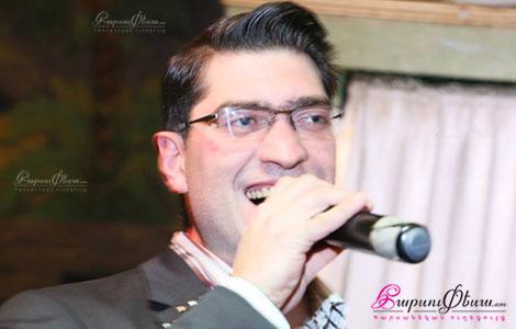 Радиоведущий и тамада на свадьбе Давид Гулгазарян во время свадебного торжества