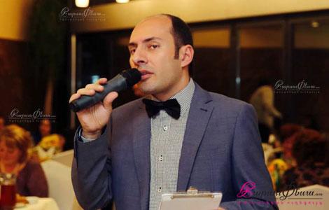 Тамада Гагик произносит тост за родителей на свадьбе