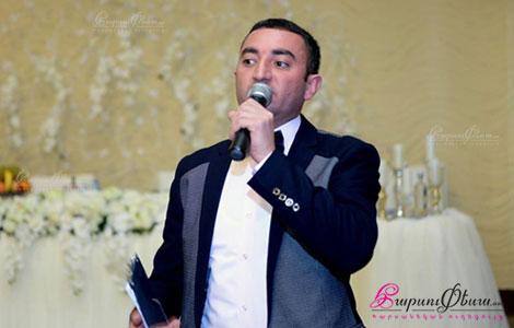 Тамада Иван Мовсисян произносит тост на свадебном банкете