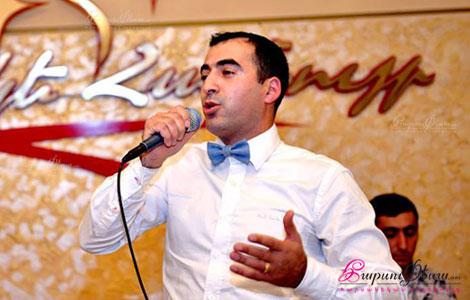 Армянский тамада и свадебный ведущий Мгер Галстян в ресторане проводит свадебное мероприятие