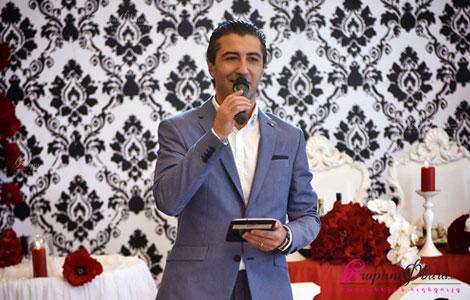 Киноактер Саргис Григорян в роли ведущего на свадьбе произносит тост