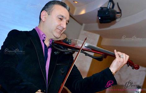 Թամադա Տիգրան Խաչատրյանը ջութակ նվագելիս հարսանեկան հանդեսին