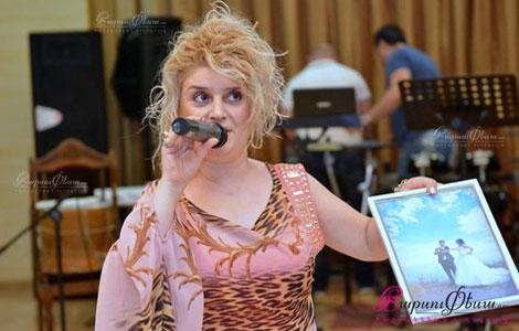 Կին թամադա և հանդիսավարուհի Եվգինե Հովսեփյանը հարսանիքին նորապսակներին նկար նվիրելիս