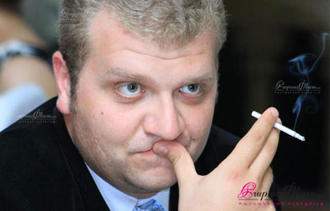 Ведущий на свадьбе актер Юрий Игитханян во время свадебного торжества