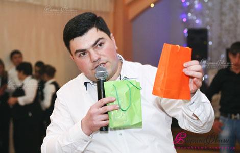 Թամադա Ժորա Բաղդասարյանը հարսանիքի մրցույթին նվերներ հանձնելիս