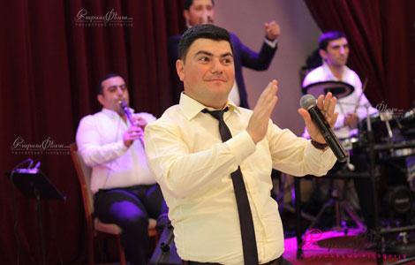 Армянский тамада Жора Багдасарян проводит свадебный банкет