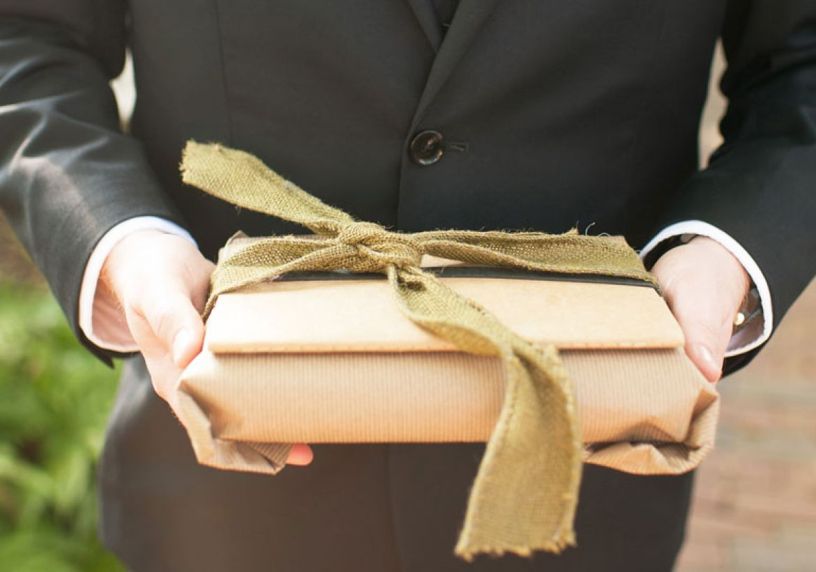 How to Choose a Wedding Gift for Your Fiance